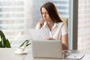 mulher ao computador