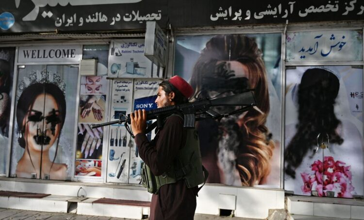 Um taliban nas ruas de Cabul, Afeganistão. Foto Wakil KOHSAR / AFP