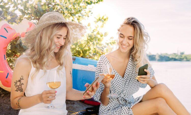 Mulheres a beber vinho