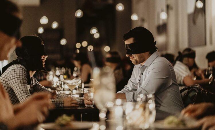 Casal a jantar às escuras
