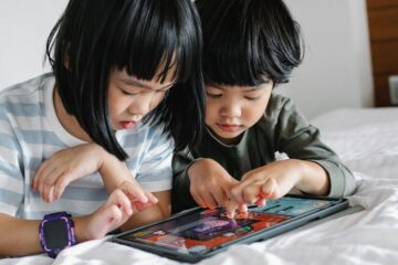 Crianças a jogar videojogos