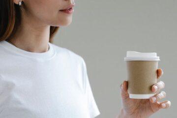 Mulher a beber café