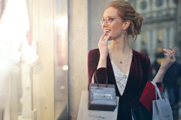 Mulher a fazer compras