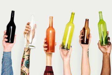 Mãos com garrafas de vidro