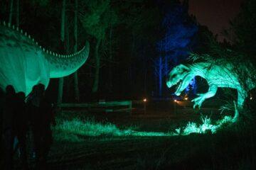 dinossauros à noite no dinoparque