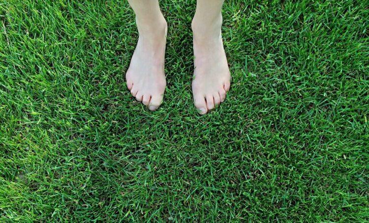 pés na relva
