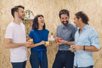 Se lhe custa um pouco manter o bom humor, damos-lhe 18 dicas que poderão ajudar a ser mais feliz no decorrer da semana de trabalho. Até porque a ciência confirma que as pessoas felizes tendem a viver mais tempo e de forma mais saudável.