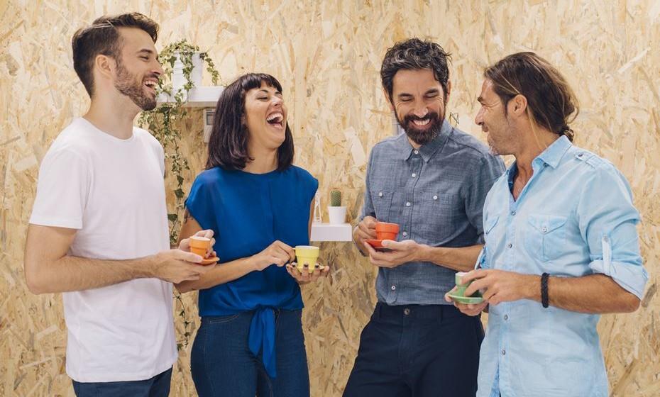 A segunda-feira não costuma ser muito apreciada. Assim sendo, e se lhe custa um pouco manter o bom humor, damos-lhe 18 dicas que poderão ajudar a ser mais feliz no decorrer da semana de trabalho. Até porque a ciência confirma que as pessoas felizes tendem a viver mais tempo e de forma mais saudável.
