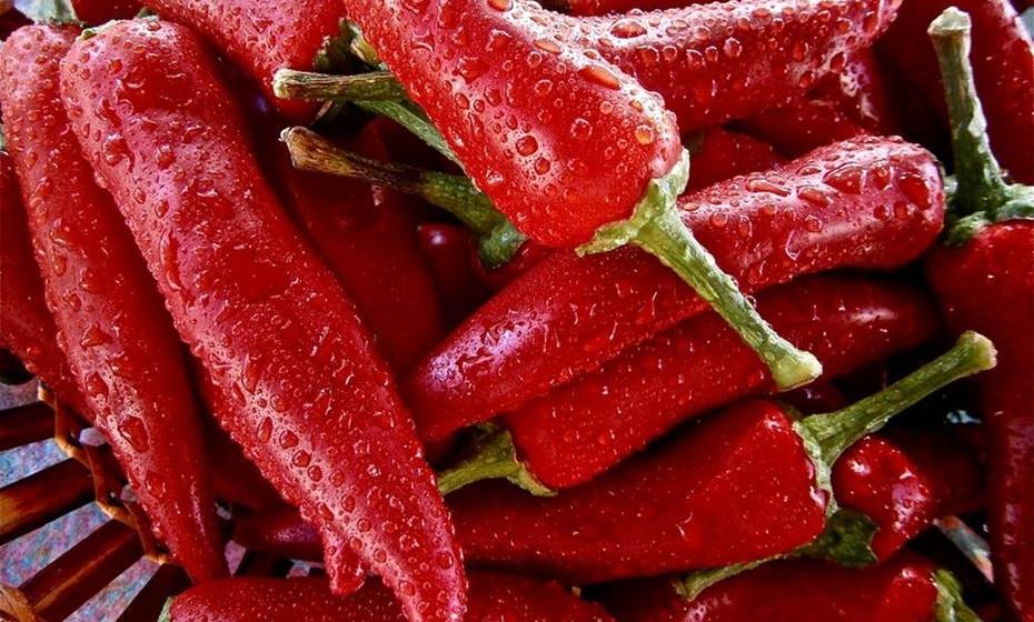 Vermelho: O vermelho é uma cor quente, que significa paixão, energia e excitação. Está associada ao poder, perigo e à violência. O vermelho é a cor do elemento fogo, do sangue e do coração humano. Simboliza ainda o desejo, amor e paixão. A cor vermelha estimula o sistema nervoso, a circulação sanguínea, dá energia ao corpo e eleva a auto-estima.