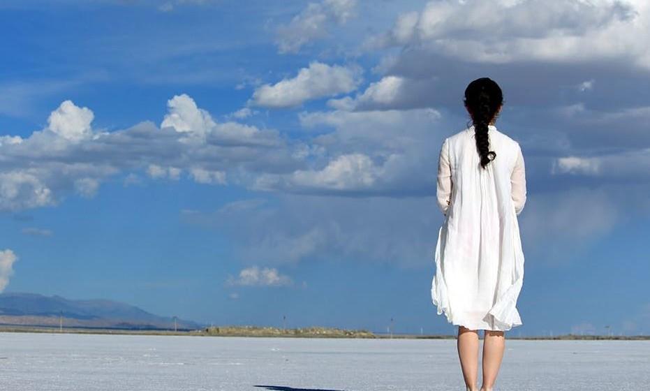Branco: A cor branca significa paz, pureza e limpeza. Sabemos que o branco é símbolo da paz, da espiritualidade, da inocência e da virgindade. Na cultura ocidental, a cor branca está associada à alegria, enquanto no oriente está associada à morte, ao luto e à tristeza. Mas é sempre uma cor espiritual e que restabelece o equilíbrio interior.