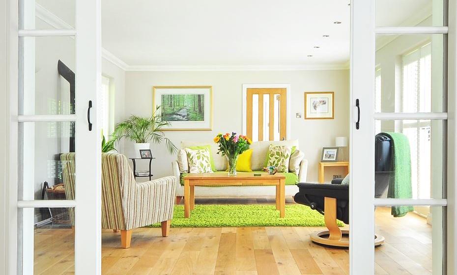 O verde harmoniza qualquer ambiente e traz boas energias. Apesar de ser uma cor neutra, não se aconselha a sua mistura com cores como vermelho ou amarelo para não criar um ambiente muito quente, em que predominam sentimentos negativos. Por transmitir a ideia de frescura é ideal para casas-de-banho.