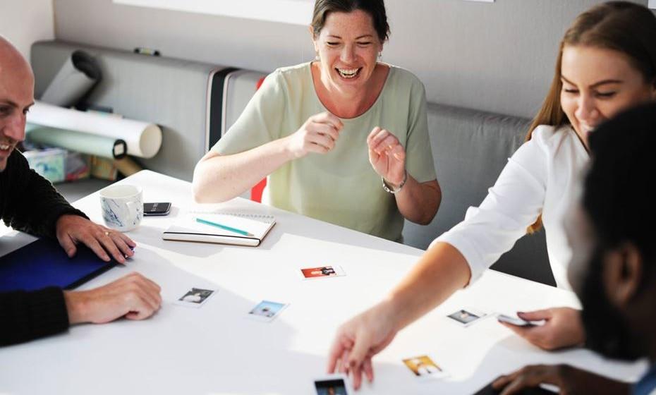 11 – Tenha conversas pela positiva, em vez de pela negativa. E utilize vocabulário positivo como disposição, amizade, amor, entusiasmo, alegria, etc..