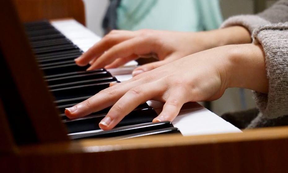 Aulas de música: Em comparação com outras crianças, num grupo de estudo, as crianças nos grupos de música mostraram maior crescimento no QI (quociente de inteligência). Apesar do efeito ser relativamente pequeno, atravessou várias áreas de teste do QI. Na verdade, estudar um instrumento musical traz benefícios para pessoas de todas as idades, explica o estudo publicado na revista Ciência Psicológica.