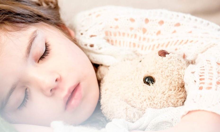 """Controle os hábitos de sono: No livro """"NurtureShock: New Thinking About Children"""" (Cuidados de Choque: Novas Formas de Pensar Sobre as Crianças), os autores explicam: """"A perda de uma hora de sono é equivalente à perda de dois anos de maturação e desenvolvimento cognitivo."""" Os autores explicaram ainda que, no geral, os adolescentes com melhores notas são também os que dormem mais horas."""