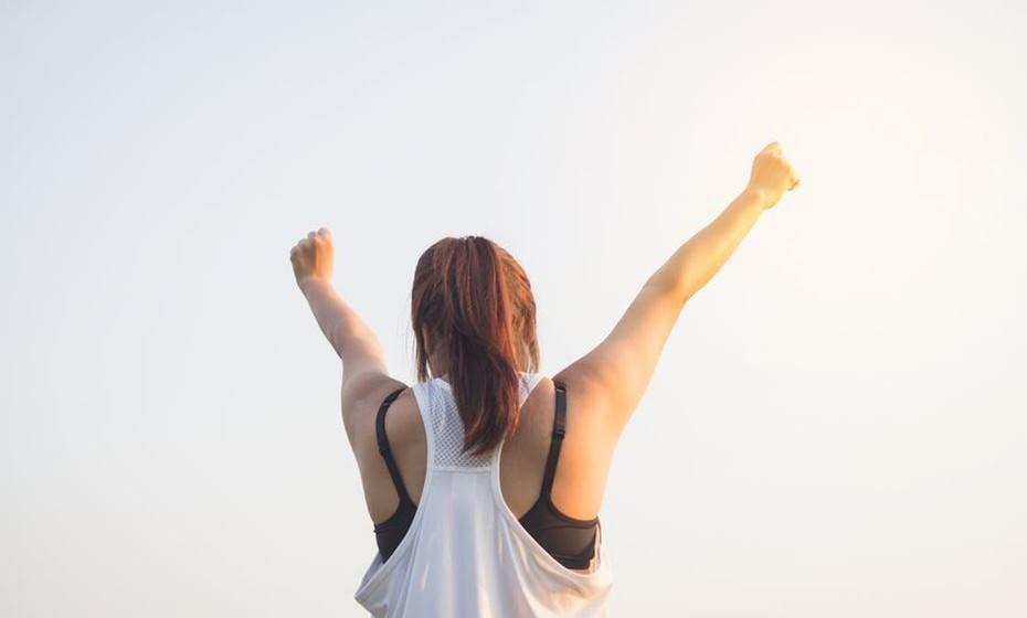 Decida acordar de forma alegre: O primeiro passo para ter uma manhã feliz é decidir que quer ter uma manhã feliz. Mesmo que seja uma daquelas pessoas que acorda sempre de mau-humor, decida que quer mudar isso e vai consegui-lo.