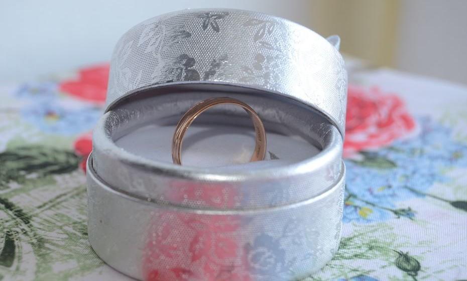 """Traga para casa um daqueles medidores de anéis e peça para ela ver a sua medida. Ela vai desconfiar e dizer que a surpresa está estragada. Nessa altura, surpreenda-a com a caixa de anel: """"Experimenta este então!"""""""