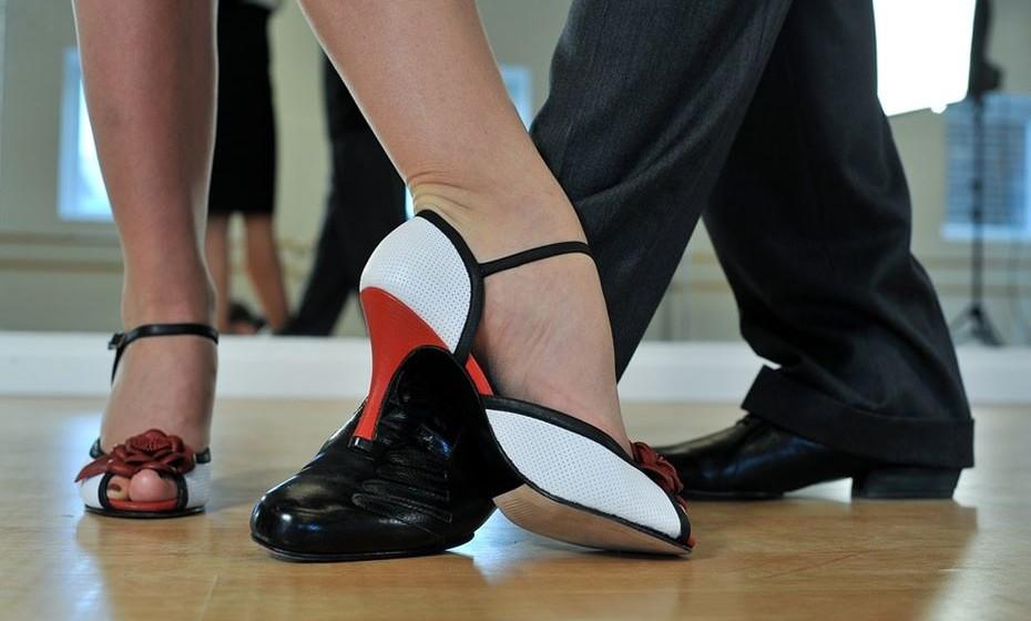 Reduz o stress: Tal como outras atividades físicas vigorosas, a dança aumenta os níveis de seratonina e endorfina no cérebro. Estes neurotransmissores são importantes químicos cerebrais que afetam o humor e a energia. Assim, enquanto dançamos o corpo naturalmente liberta estes neurotransmissores que, ao chegarem ao cérebro, ajudam a reduzir os sinais e sensação de stress e depressão.