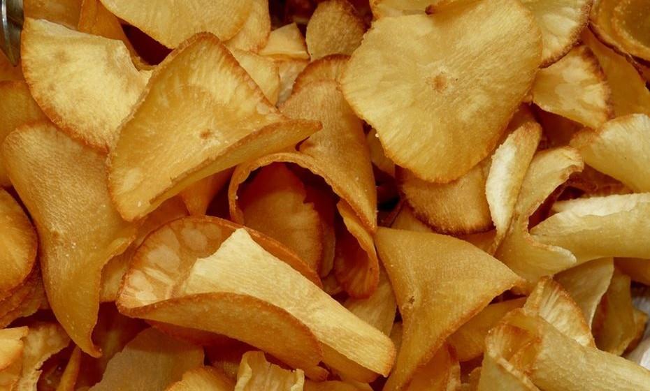 Já alguma vez pensou em fazer batatas fritas de legumes? É possível, delicioso e muito nutritivo. Já existe àvenda em algumas superfícies, mas são por norma muito calóricas, com grandes quantidades de sal e gordura. Experimente fazer com couve, beterraba, cherovia, batata-doce etc. Faça-as no forno. Na imagem, são de mandioca.