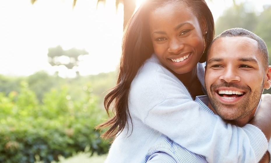 Excitação física e emocional: Nas entrevistas, a investigadora percebeu que muitas relações começaram depois de momentos complicados, como a perda de um parente ou uma separação. Não interessa o motivo da excitação emocional, mas, quando ela está presente, automaticamente estamos mais predispostos a outras emoções. Depois, evidentemente, a excitação física, a atração, é muito importante para o primeiro impacto, para ditar se há ou não paixão.