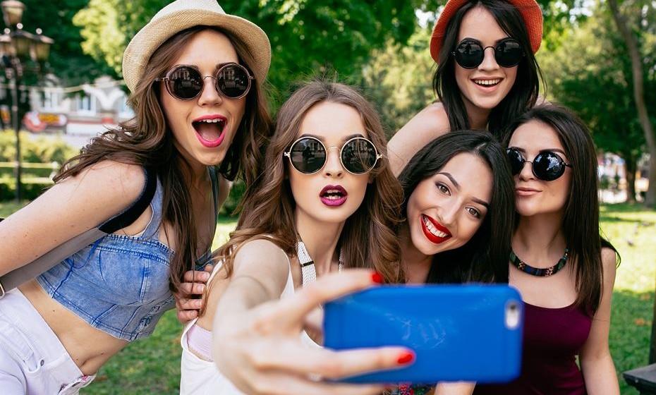 Língua: Um dos truques utilizados pelas modelos para dar destaque às maçãs do rosto e emagrecer o rosto na fotografia é colocar a língua atrás dos dentes. Ao mesmo tempo, sorria levemente.