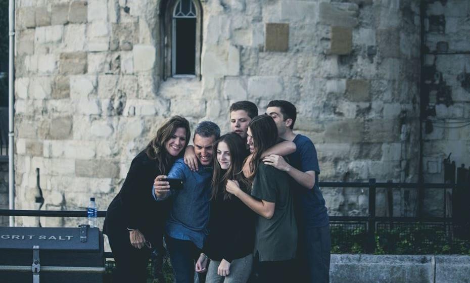 Posicionamento: Se um grupo quer tirar uma selfie, certifique-se que não fica demasiado à frente da foto, sob pena de parecer maior do que as outras pessoas. Idealmente todos estão à mesma distância da câmara.