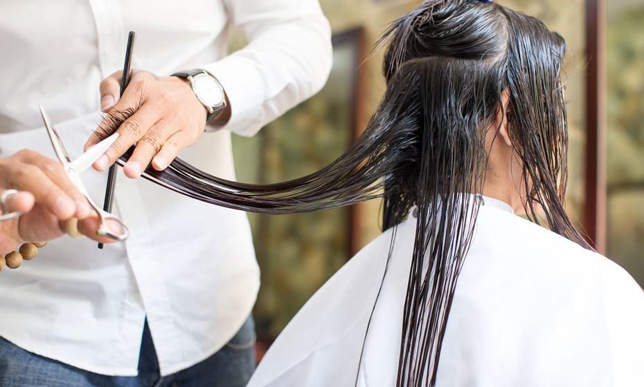 Comece o verão com um corte de cabelo. Vai livra-se de pontas abertas e atualizar o estilo. Mas também precisará de um corte a meio do verão. O cabelo cresce mais depressa no verão, porque há mais cabelos no estágio anágeno, ou em crescimento, no final da primavera e no verão do que no inverno.