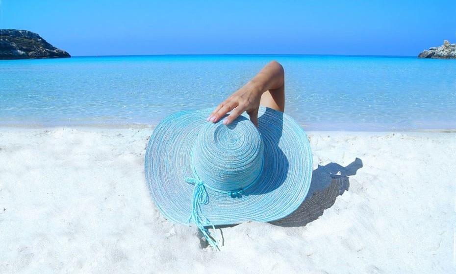 Se passar muito tempo ao ar livre, use um chapéu de abas largas. Não só evitará que os fios dos cabelos sejam queimados, como também protegerá o couro cabeludo e orelhas.