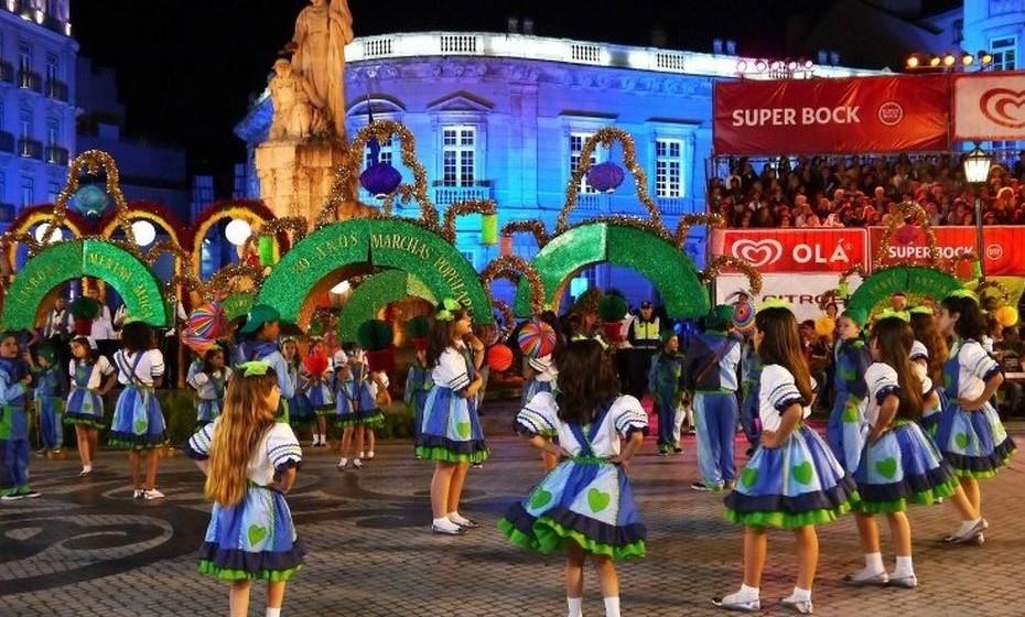 Marchas populares: As marchas populares de Lisboa, como são conhecidas hoje, remontam a 1932, sendo uma das mais antigas tradições da cidade. Na noite de Santo António, as marchas desfilam na Avenida da Liberdade, com milhares de pessoas a aplaudir o seu bairro favorito. O mesmo se repete por outras localidades do país nesta ou noutras noites de junho.