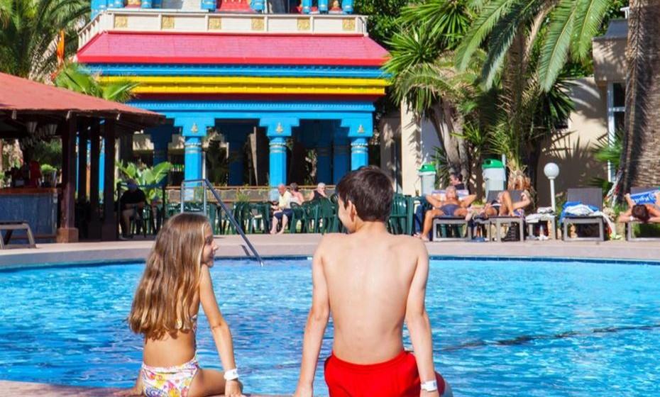 Todos os hóspedes desfrutam de entrada gratuita no parque aquático durante toda a sua estadia, assim como outras comodidades, tais como acesso Wi-Fi gratuito, bar junto à piscina e uma grande variedade de opções gastronómicas no restaurante do hotel.