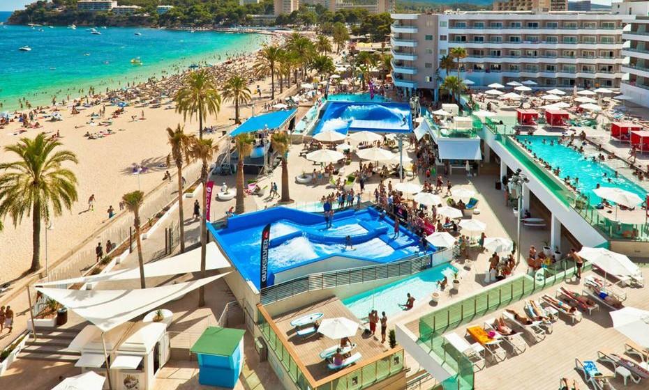 Sol Wave House, Magaluf, Palma de Maiorca - A um passo da praia, o hotel dispõe de uma fantástica piscina de beiral infinito, espreguiçadeiras e camas VIP. Há ainda piscina de ondas, DJs ao vivo e uma máquina de ondas de surf!