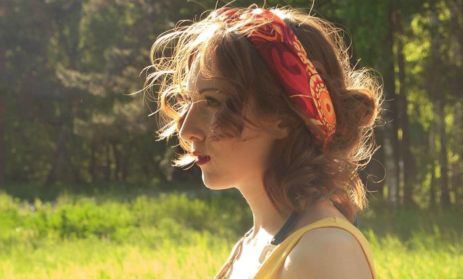 Utilizar lenços como acessório de cabelo é uma das grandes tendências, sobretudo em sunset parties e festivais de verão. Ajuda a controla-los na hora de dançar.