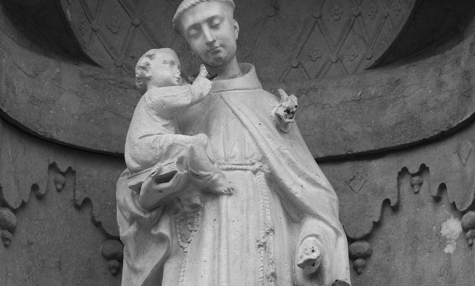 Santo António de Lisboa: Santo António é o patrono de Lisboa e inaugura os festejos dos Santos Populares, no dia 13. Nasceu em Lisboa, a 15 de agosto de 1195, com o nome Fernando de Bulhões. Dedicou a sua vida à evangelização, morrendo aos 36 anos, com o nome António de Pádua. É o protetor dos marinheiros e das raparigas casadoiras. Quando os pedidos não são atendidos, as raparigas mergulham o santo na água ou viram-no contra a parede.