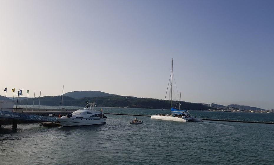 Saída de barcos para a observação de golfinhos.