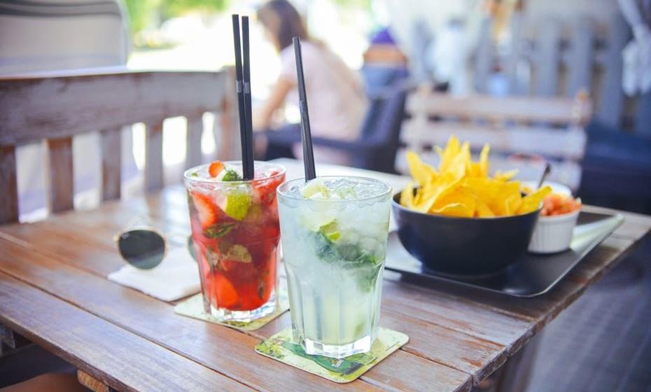 Cocktails: Sangria, cerveja e água é o esperado. E também bebidas como caipirinha, gin, etc, etc. são sempre bem recebidas. E sumos de fruta coloridos para as crianças (e adultos)