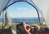 As férias acabaram, mas o tempo continua fantástico e convida a mais umas saídas. E acampar pode ser uma ideia. Além de ser uma hipótese low cost, é indiscutivelmente uma experiência interessante estar em contacto com a natureza desta forma. Vai acampar e não sabe bem o que levar? Nós ajudamos.