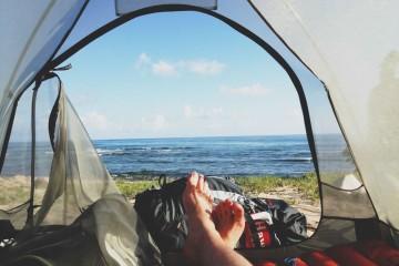 As férias já lá vão, mas o tempo continua a convidar a mais umas saídas. E acampar pode ser uma ideia. Além de ser uma hipótese low cost, é indiscutivelmente uma experiência interessante estar em contacto com a natureza desta forma. Vai acampar e não sabe bem o que levar? Nós ajudamos.