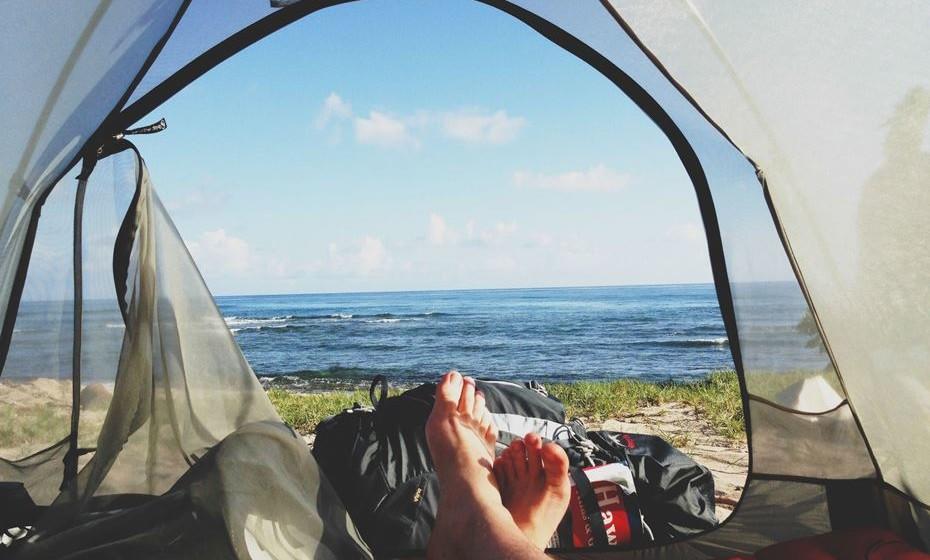 No verão, muitas pessoas trocam o conforto de uma cama de hotel pelo saco cama. Além de ser uma hipótese low cost, é indiscutivelmente uma experiência interessante estar em contacto com a natureza desta forma. Vai acampar e não sabe bem o que levar? Nós ajudamos.