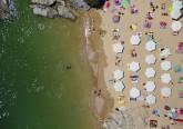 Se está a trabalhar e só pode ver a praia através do ecrã do computador, fazemos-lhe uma visita guiada em imagens por várias praias do mundo. Foram captadas pelo fotógrafo Gray Malin, que se dedica a recolher imagens a partir de um helicóptero, mostrando novas perspetivas e padrões de locais idílicos. Portugal incluído. Na imagem, Praia do Albatroz, Portugal.