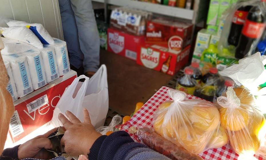 A clientela é composta sobretudo por idosos. É na venda ambulante que fazem as suas compras.