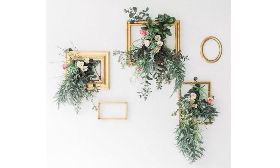 Uma parede pode ganhar vida com molduras antigas pintadas a dourado e complementadas com flores que podem ser falsas. Conferindo elegância à parede .