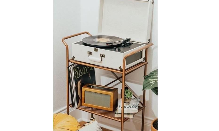 Lembra-se do vinil? De certeza que deve ter alguns lá por casa, se não tiver um gira discos adquira um com design retro vintage.
