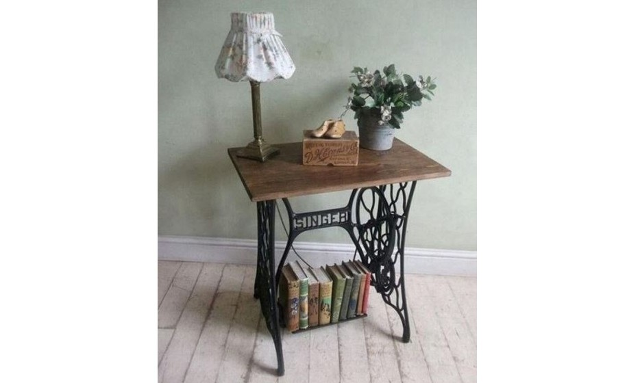 Os velhos suportes de máquinas de costura poderão servir para uma mesa de apoio e/ou estante.