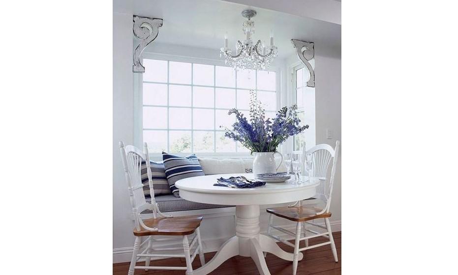Decore a sala com flores num jarro improvisado. Acrescente mobiliário reciclado com as cores certas no conjunto da sua sala.