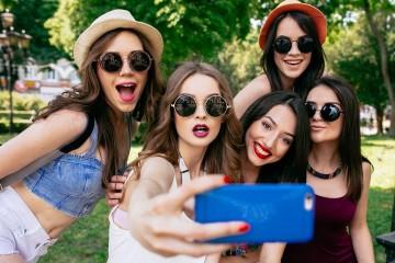 A qualquer momento um amigo sugere que tirem uma selfie e quer ficar bem na imagem? Aprenda seis truques infalíveis para ficar naturalmente bem nas fotografias. Importante aplicar, sobretudo a 19 de agosto, Dia Mundial da Fotografia.