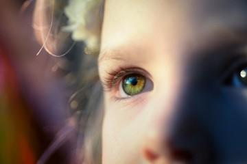 Veja de seguida nove sinais de que uma criança pode estar a precisar de um exame aos olhos, segundo Marcela Frazier, médica especialista em oftalmologia e professora na Universidade do Alabama, EUA.
