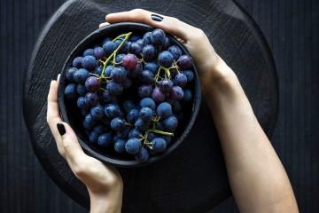 Estamos no mês das uvas. Seja no prato, seja nas vindimas, é nesta altura que estão no seu melhor estado de maturação e prontas a serem consumidas. Ricas em vitaminas A, B6, C, bem como em cálcio, ferro, potássio, magnésio e fósforo, têm muitos benefícios para a saúde e bem-estar. Confira 'apenas' dez deles.