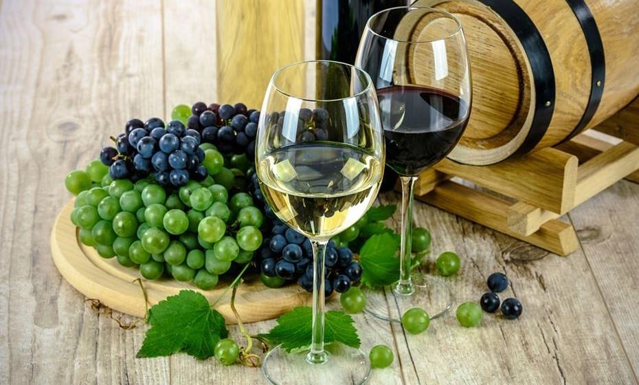 Quando se quer apreciar vinho, que características devemos ter em conta? A apreciações de todos os aspetos sensoriais envolvidos no consumo do vinho passa pela visão (cor, brilho…), olfato (aromas) e gosto (sabores, sensações tácteis como acidez, temperatura, corpo…), e finalmente as nossas memórias e a nossa imaginação.