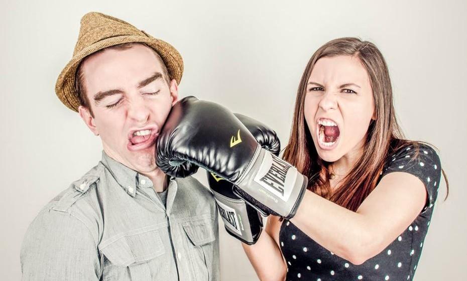 11 –RELAÇÃO SAUDÁVEL: resolvem conflitos de forma racional, pacífica e de mútuo acordo.  RELAÇÃO PREJUDICIAL: um ou ambos gritam e batem, empurram ou jogam coisas ao outro numa discussão.