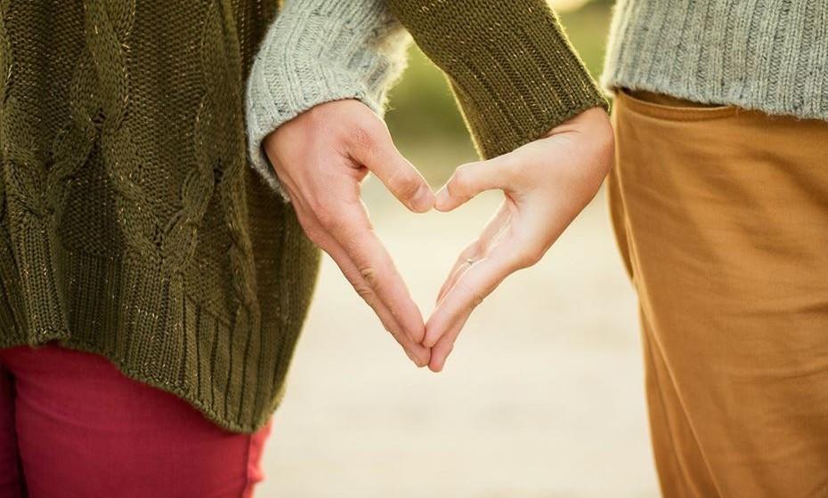 12–RELAÇÃO SAUDÁVEL: há espaço para um crescimento positivo e você aprende mais sobre si sobe o outro à medida que se desenvolve e amadurece. RELAÇÃO PREJUDICIAL: sente-se sufocado, preso e estagnado. Não consegue escapar das pressões do relacionamento.