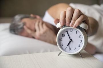 Siga um horário de sono normal. Vá dormir e levante-se à mesma hora todos os dias, mesmo aos fins de semana ou quando estiver em viagem.